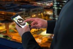 Zusammengesetztes Bild des Geschäftsmannes unter Verwendung des intelligenten Telefons Stockbild