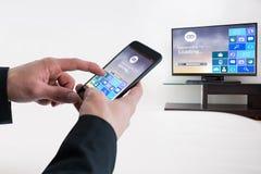 Zusammengesetztes Bild des Geschäftsmannes unter Verwendung des intelligenten Telefons Stockbilder