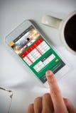 Zusammengesetztes Bild des Geschäftsmannes unter Verwendung des Smartphone stockbild