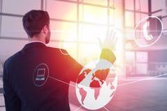Zusammengesetztes Bild des Geschäftsmannes vortäuschend, unsichtbaren Schirm 3d zu berühren Lizenzfreie Stockfotos