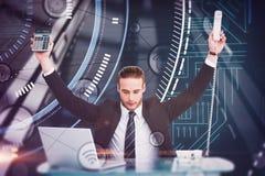 Zusammengesetztes Bild des Geschäftsmannes zujubelnd Taschenrechner und Telefon halten stockfotografie