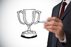 Zusammengesetztes Bild des Geschäftsmannzeichnungs-Siegercups Lizenzfreie Stockfotos