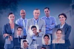 Zusammengesetztes Bild des Geschäftsteams glücklich zusammen arbeitend an Laptop lizenzfreies stockfoto