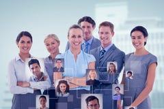Zusammengesetztes Bild des Geschäftsteams lächelnd an der Kamera lizenzfreies stockbild