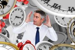 Zusammengesetztes Bild des Geschäftsmannes oben schauend mit den Armen oben Lizenzfreie Stockfotografie