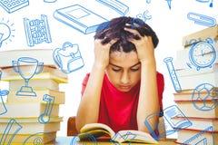 Zusammengesetztes Bild des gestrafften Jungen, der mit Stapel Büchern sitzt Lizenzfreie Stockfotografie