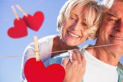 Zusammengesetztes Bild des glücklichen älteren Mannes, der seinem Partner ein Doppelpol gibt Stockfotos