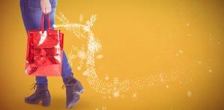 Zusammengesetztes Bild des glücklichen blonden Gehens mit Taschen Stockbilder