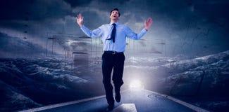 Zusammengesetztes Bild des glücklichen Geschäftsmannes laufend mit den Händen oben Lizenzfreies Stockfoto