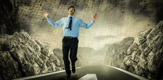 Zusammengesetztes Bild des glücklichen Geschäftsmannes laufend mit den Händen oben Lizenzfreies Stockbild