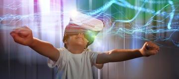 Zusammengesetztes Bild des glücklichen Jungen, der Gläser der virtuellen Realität verwendet Lizenzfreie Stockbilder