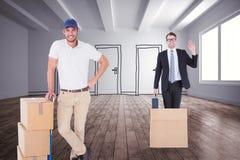 Zusammengesetztes Bild des glücklichen Lieferers lehnend auf Laufkatze von Kästen Lizenzfreies Stockfoto