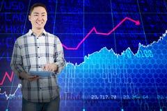 Zusammengesetztes Bild des glücklichen Mannes, der Tablet-Computer verwendet Lizenzfreies Stockfoto