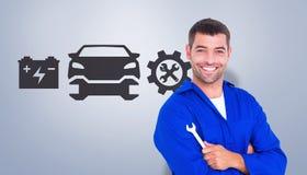 Zusammengesetztes Bild des glücklichen Mechanikers Schlüssel auf weißem Hintergrund halten Lizenzfreie Stockfotografie