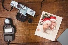 Zusammengesetztes Bild des glücklichen Paars auf der Couch am Weihnachten Stockfotografie
