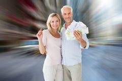 Zusammengesetztes Bild des glücklichen Paars blitzend ihr Bargeld Lizenzfreies Stockbild