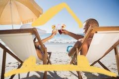Zusammengesetztes Bild des glücklichen Paars ihre Gläser bei der Entspannung klirrend auf ihren Klappstühlen Lizenzfreie Stockfotos