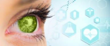 Zusammengesetztes Bild des grünen Auges nach vorn schauend Lizenzfreie Stockfotografie