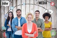 Zusammengesetztes Bild des Gruppenporträts der glücklichen jungen Kollegen lizenzfreies stockbild