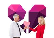 Zusammengesetztes Bild des gutaussehenden Mannes eine Herzkartenformfrau erhalten Lizenzfreies Stockbild