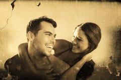 Zusammengesetztes Bild des gutaussehenden Mannes seine Freundin auf seinem zurück tragend Stockbilder