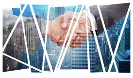 Zusammengesetztes Bild des Händedrucks zwischen zwei Geschäftsleuten lizenzfreie stockfotografie