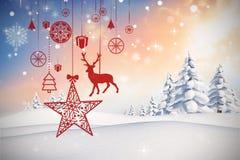 Zusammengesetztes Bild des Hängens von roten Weihnachtsdekorationen Stockfotos