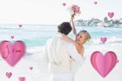 Zusammengesetztes Bild des hübschen Bräutigams seine schöne lachende Frau tragend Lizenzfreies Stockfoto