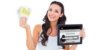 Zusammengesetztes Bild des hübschen Brunette, der Tabletten-PC verwendet lizenzfreie abbildung