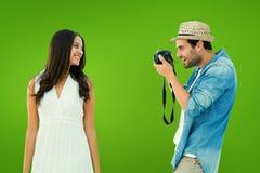 Zusammengesetztes Bild des hübschen Hippies ein Foto der hübschen Freundin machend Lizenzfreies Stockbild