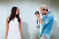 Zusammengesetztes Bild des hübschen Hippies ein Foto der hübschen Freundin machend Stockbilder
