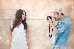Zusammengesetztes Bild des hübschen Hippies ein Foto der hübschen Freundin machend Lizenzfreie Stockbilder