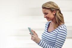 Zusammengesetztes Bild des hübschen Mädchens mit Telefon Lizenzfreies Stockbild