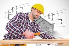 Zusammengesetztes Bild des Heimwerkers, der Hammer auf Holz verwendet Lizenzfreie Stockfotos
