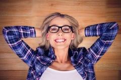 Zusammengesetztes Bild des herrlichen lächelnden blonden Hippie-Lügens Stockfotos
