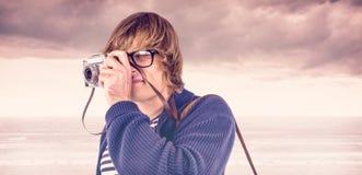 Zusammengesetztes Bild des Hippies Fotos mit einer alten Kamera machend Lizenzfreie Stockfotografie