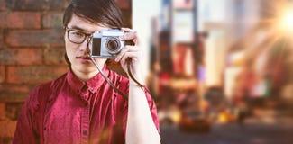 Zusammengesetztes Bild des Hippies Fotos mit einer alten Kamera machend Lizenzfreies Stockbild