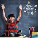 Zusammengesetztes Bild des Jungen im Rollstuhl im Schulkorridor Stockbild