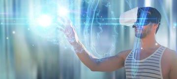 Zusammengesetztes Bild des jungen Mannes, der Gläser der virtuellen Realität verwendet Stockfoto