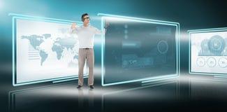 Zusammengesetztes Bild des jungen Mannes gestikulierend bei der Anwendung von virtuellen Videogläsern Lizenzfreies Stockfoto