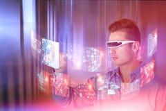 Zusammengesetztes Bild des jungen Mannes zeigend bei der Anwendung von virtuellen Videogläsern Stockfoto