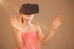 Zusammengesetztes Bild des kleinen Mädchens virtuelle Gläser halten Lizenzfreie Stockbilder