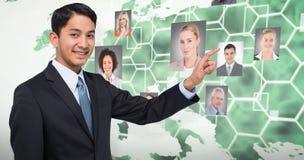 Zusammengesetztes Bild des lächelndem asiatischem Geschäftsmannzeigens lizenzfreie stockfotografie