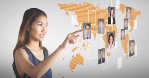 Zusammengesetztes Bild des lächelndem Geschäftsfrauzeigens Lizenzfreie Stockbilder