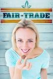 Zusammengesetztes Bild des lächelnden blonden haltenen Kastens Schokoladen Lizenzfreie Stockfotos