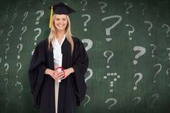 Zusammengesetztes Bild des lächelnden blonden Studenten in der graduierten Robe Lizenzfreie Stockbilder