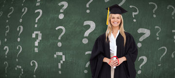 Zusammengesetztes Bild des lächelnden blonden Studenten in der graduierten Robe Stockbild