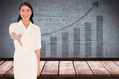 Zusammengesetztes Bild des lächelnden dunkelhaarigen Modells mit dem noblen Kleid, das heraus ihre Hand hält Lizenzfreie Stockfotografie