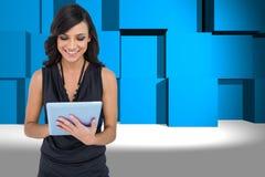 Zusammengesetztes Bild des lächelnden eleganten braunen behaarten Modells, das auf Tablette schreibt Lizenzfreie Stockbilder