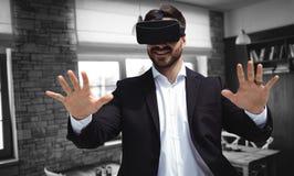 Zusammengesetztes Bild des lächelnden Geschäftsmannes unter Verwendung der Gläser der virtuellen Realität Lizenzfreies Stockfoto